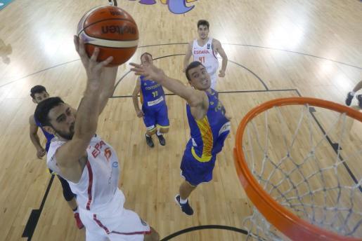 El alero mallorquín de la selección española de Baloncesto Joan Sastre (i) entra a canasta ante el jugador de la selección de Rumanía, durante el partido de la fase de grupos del Eurobasket 2017.