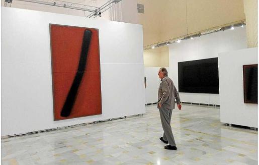 El pintor alemán Erwin Bechtold pasea entre sus obras expuestas en la Sala Municipal del Roser de Ciutadella, en la isla de Menorca.