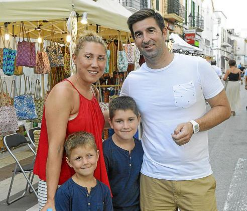 Tina Cuevas, Toni Mejías y los pequeños Leo y Noé.
