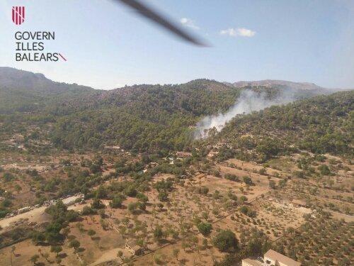 Imagen de la humareda causada por las llamas en esta zona de Andratx.