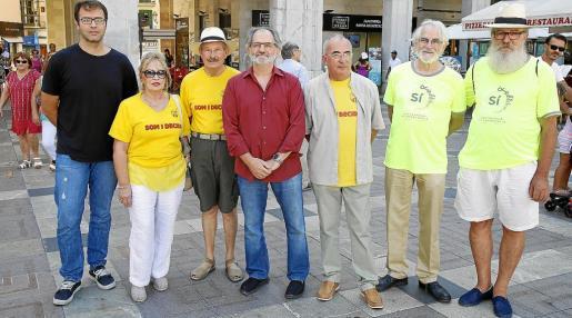 Soberanistas mallorquines en la Plaça Major, de Palma, con Jaume Mateu y Cristòfol Soler en el centro.