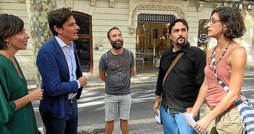 Carlos Forteza y Mónica Pérez hablando con algunos representantes del sindicato.
