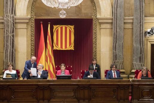 Vista de la mesa al completo del Parlament durante la sesión de este miércoles.