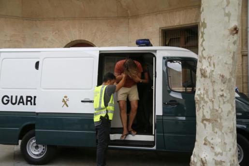 Uno de los detenidos, bajando del furgón de la Guardia Civil.