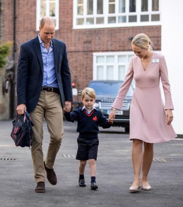 El príncipe Guillermo lleva de la mano a su hijo. Al lado, Helen Haslem, directora del centro.