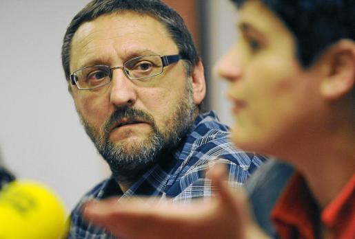 Los dirigentes de la izquierda abertzale Txelui Moreno y Mirian Beitialarrangoitia, leyendo el comunicado.