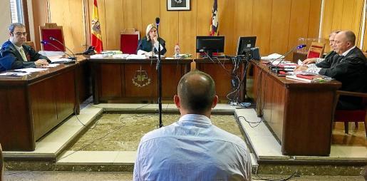 Imagen del juicio a un ciudadano rumano por amenazar a este testigo protegido, que terminó en condena.