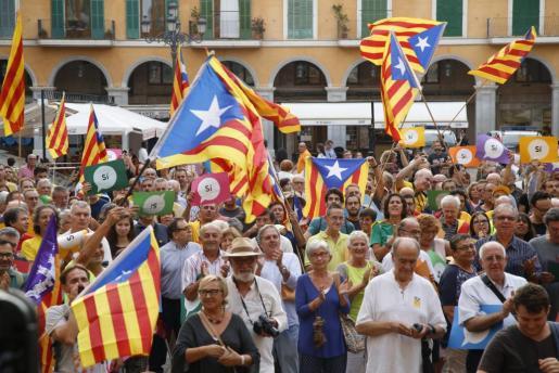 Los presentes en la concentración de este jueves en Palma levantaron pancartas con un simbólico 'sí' a la independencia de Catalunya.