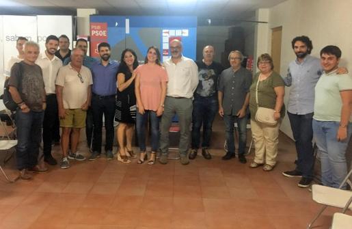 Los miembros de la agrupación Socialista de Binisslaem tras elegir a Mariana Pons como nueva secretaria general.