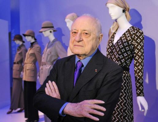 Fotografía de archivo tomada el 8 de marzo de 2010, que muestra al empresario y socio de Yves Saint Laurent, Pierre Bergé, en una exposición de Yves Saint Laurent en Petit Palais en París.