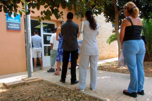 Usuarios de la sanidad pública esperan cola para recoger o solicitar su tarjeta sanitaria en Es Viver.