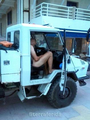 En Peguera hallaron a este turista desnudo y ebrio en el camión de la basura.