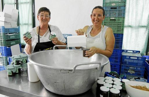 Margarita Pons, socia de la cooperativa junto a su hija Margarita, que se siente orgullosa del buen trabajo de su madre.