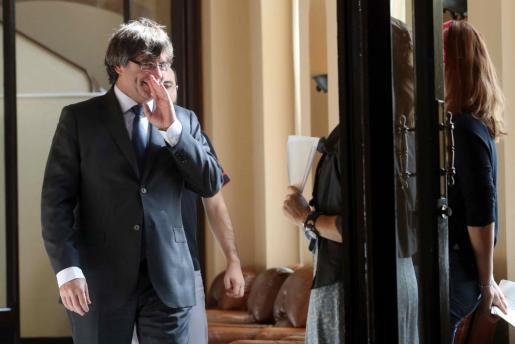 El presidente de la Generalitat, Carles Puigdemont, en los pasillos del Parlament de Cataluña, donde los partidos prosiguen el debate sobre el proceso independentista abierto por el Parlamento catalán y el Govern de la Generalitat, después de que el Tribunal Constitucional haya suspendido de forma cautelar la convocatoria del referéndum.