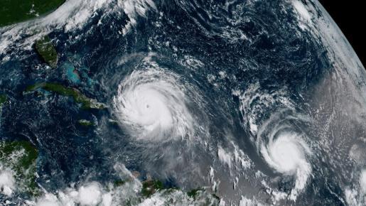 Fotografía tomada desde el satélite GOES-16 que muestra al huracán Irma (i), de categoría 5, y el huracán José (d), de categoría 3, en su avance por el océano Atlántico.