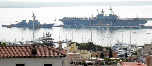 Imagen del portaeronaves anfibio 'USS Bataan' y del destructor 'USS Porter', en el momento de su llegada a Palma.