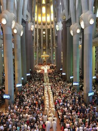 Vista general de la ordenación en la Sagrada Familia.