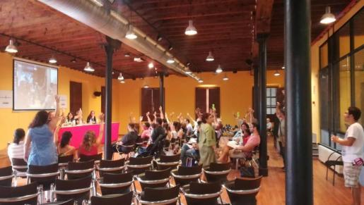 Imagen del momento de la votación para ratificar la candidatura de Laura Camargo.