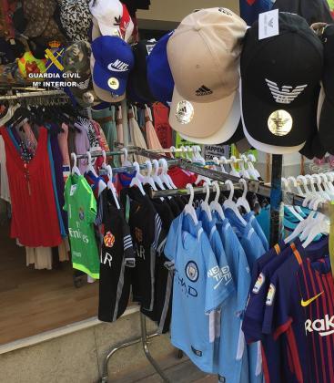 La Guardia Civil ha intervenido miles de prendas después de inspeccionar once comercios y puestos de mercados en Mallorca.