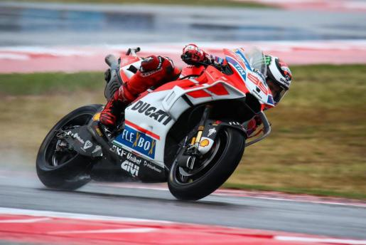 El español Jorge Lorenzo conduce su Ducati durante el Gran Premio de San Marino de MotoGP.