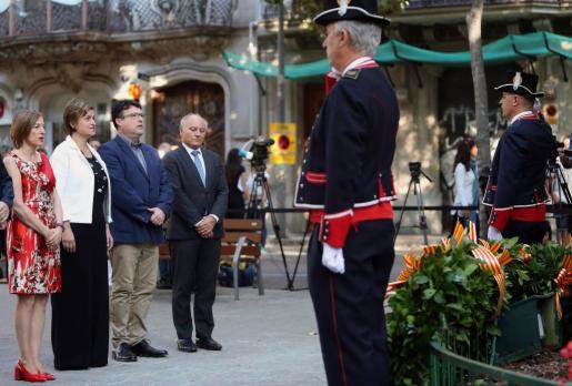 La presidenta del Parlamento catalán Carme Forcadell(i), junto a los miembros de la Mesa del parlamento en la ofrenda floral al monumento a Rafael Casanova con motivo de la celebración de la Diada.