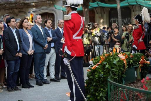La alcaldesa de Barcelona Ada Colau junto a los miembros del consistorio, en la ofrenda floral del Ayuntamiento de Barcelona al monumento a Rafael Casanova con motivo de la celebración de la Diada.