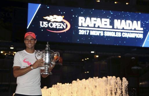 Rafael Nadal posa con el trofeo que le acredita como ganador del US Open por tercera vez en su carrera.