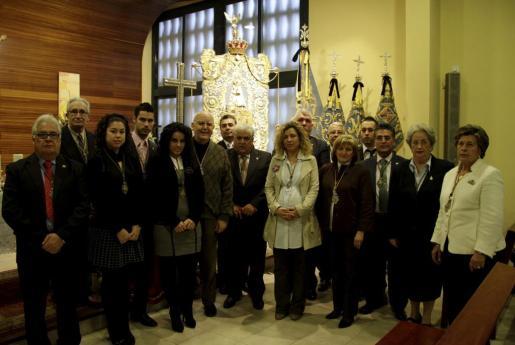 Los componentes de la nueva junta de la hermandad, junto al padre espiritual, Sebastián Feliu.