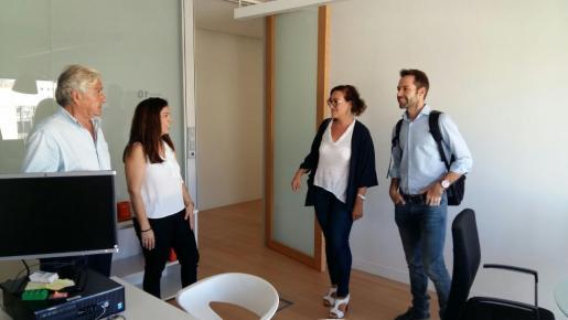 La regidora de Turismo, Comercio y Trabajo del Ayuntamiento de Palma, Joana Maria Adrover, durante la visita a las oficinas.