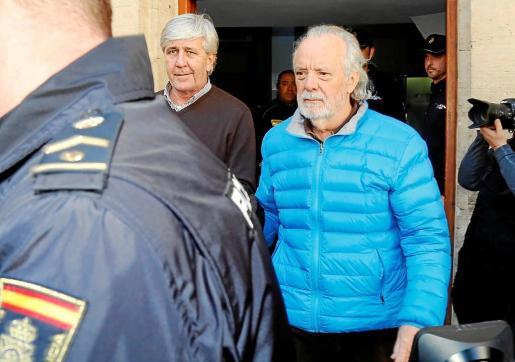 Cursach, de azul, junto a Bartolomé Sbert, el día en que ambos ingresaron en prisión.