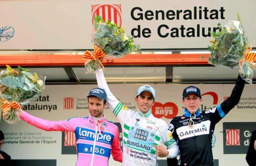 El ciclista español Alberto Contador del SAXO BANK (c) ganador, el italiano Michelle Scarponi del LAMPRE (i), segundo, y el irlandes Daniel Martin del GARMIN (d), tercero, celebran sus puesto en la Volta Ciclista a Catalunya.