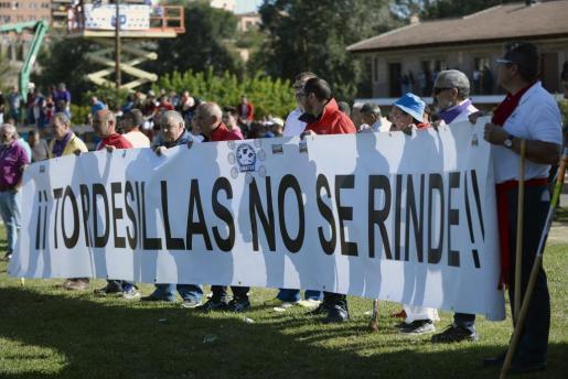 """Un grupo de personas sostiene una pancarta con el lema """"Tordesillas no se rinde"""" durante la celebración esta mañana del Toro de la Vega, el segundo sin muerte en público tras la prohibición por parte de la Junta de Castilla y Léon."""