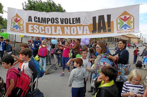 Imagen de archivo de una manifestación en Campos para exigir un nuevo colegio.