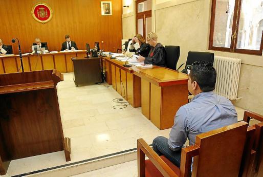 El acusado en el banquillo de la Audiencia de Palma.