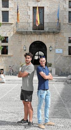 El futbolista Abdón Prats y el ciclista Enric Mas posan, ayer, ante el Ajuntament d'Artà.