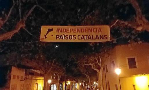 La pancarta independentista que colgó Esquerra en una calle de Alaró.
