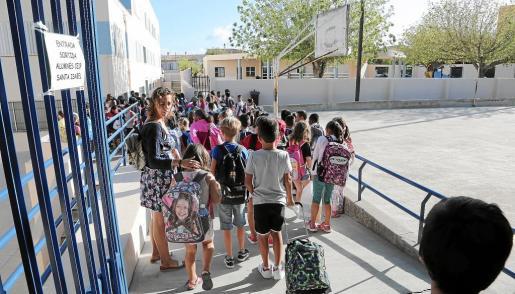 En las imágenes superiores se observa la llegada de los alumnos del Col·legi Santa Isabel al Son Quint. Temporalmente, 125 alumnos deberán ir a clase a un centro que no es el suyo.