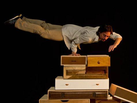 El brasileño Claudio Parente interpreta esta pieza de teatro visual y artes circenses.