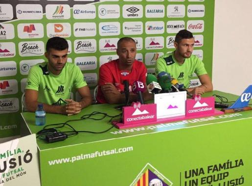 El técnico del Palma Futsal junto a Paradynski y Pazos en la rueda de prensa previa al partido de mañana ante el Jaén.