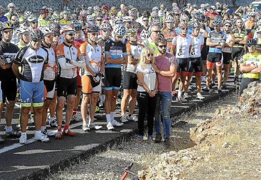 Familiares y amigos ciclistas en una emotiva concentración en Sineu.