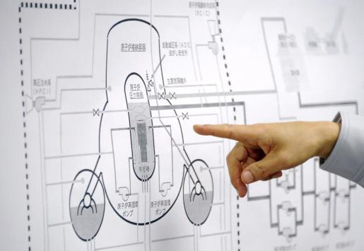 Un portavoz de la Agencia de Seguridad Nuclear de Japón, Hidehiko Nishiyama, señala el gráfico del reactor de la central de Fukushima, durante la sesión informativa diaria, en la sede de la Agencia de Seguridad Nuclear e Industrial de Japón.