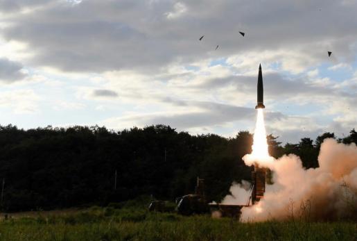 Fotografía cedida por el Ministerio de Defensa de Corea del Sur, que muestra el misil surcoreano Hyunmoo-II, mientras es lanzado hacia el Mar del Este, respondiendo al último ensayo practicado por Corea del Norte escasas horas antes.