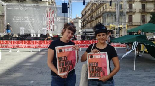 Gabriel (derecha), junto a la también diputada de la CUP Mireia Vehí.