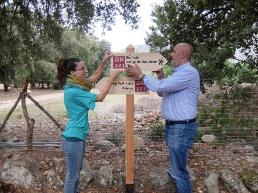 Miquel Ensenyat y Sandra Espeja colocando uno de los carteles señalización del camino.