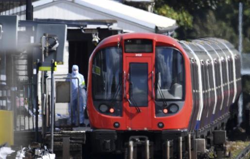 Policías forenses trabajan en el lugar donde se produjo una explosión en un vagón de tren en la estación de metro Parsons Green en Londres.
