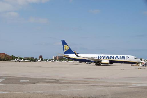 Imagen de archivo de un avión de Ryanair en el Aeropuerto de Palma.