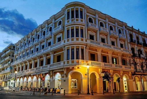 Fachada exterior del Gran Hotel Montesol Ibiza en el paseo de Vara de Rey de la ciudad de Ibiza.
