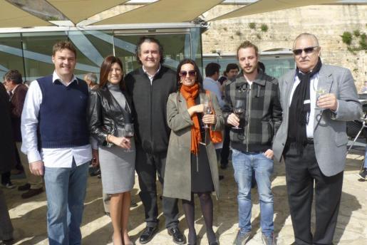 Andrés Gelabert, Silvia Piris, Ramon Servalls, Francesca Lagartera, Pepe Roses y Pep Sans, en el almuerzo regado con vinos de las bodegas de Mallorca.