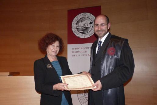 Aina Rado entrega el diploma a Felio Bauzá.