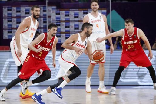 El capitán de la selección española de baloncesto Juan Carlos Navarro (c) intenta avanzar con el balón ante la oposición del base ruso Aleksei Shved (i) durante el partido por el tercer y cuarto puesto del Eurobasket 2017, disputado hoy en Estambul.